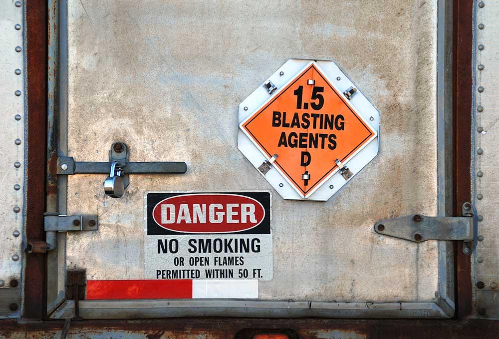 Transport-Produits-Explosifs-Avertissements-Camion